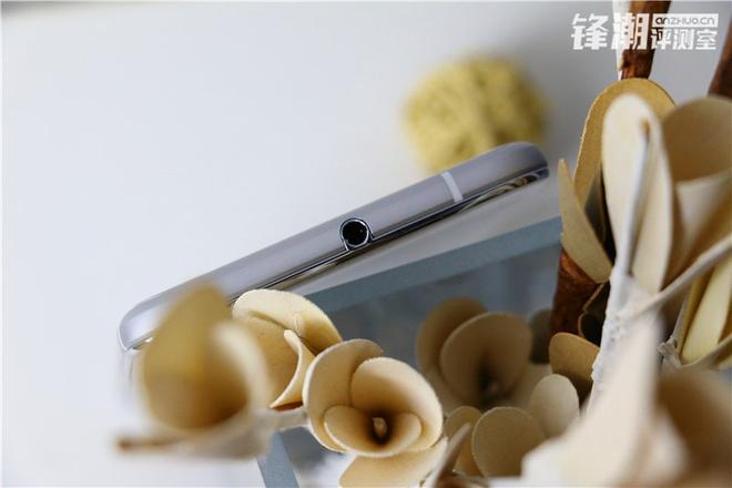 HTC One X9 chinh thuc lo dien trong loat anh thuc te hinh anh 8 Jack cắm tai nghe nằm ở chính giữa cạnh trên của thiết bị.