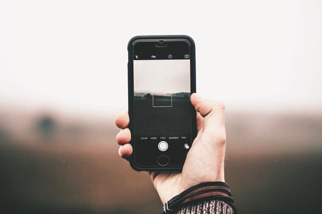 8 cach de smartphone khong bi nong trong mua he hinh anh