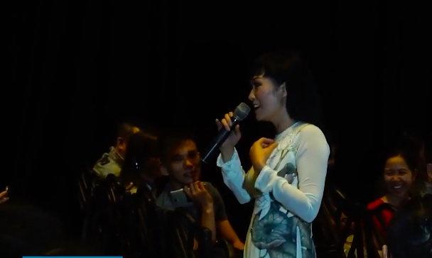 Phuong Thanh mac ao dai giong qua tang phu nhan Obama hinh anh