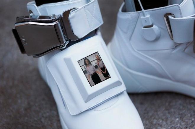 Giay sneakers tich hop Wi-Fi, sac du phong va man hinh hinh anh