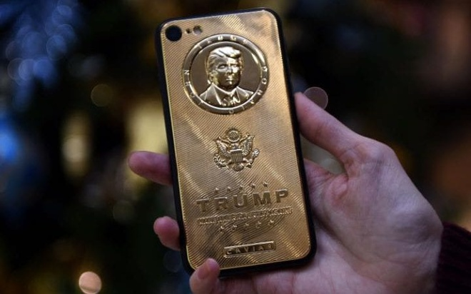 Donald Trump tu choi doi smartphone anh 1