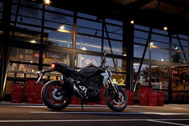 Honda CB300R 2018 - doi thu xung tam cua Yamaha MT-03 hinh anh 1