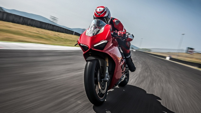 Ducati Panigale V4 danh bai Audi R8 V10 tren duong thang hinh anh 1