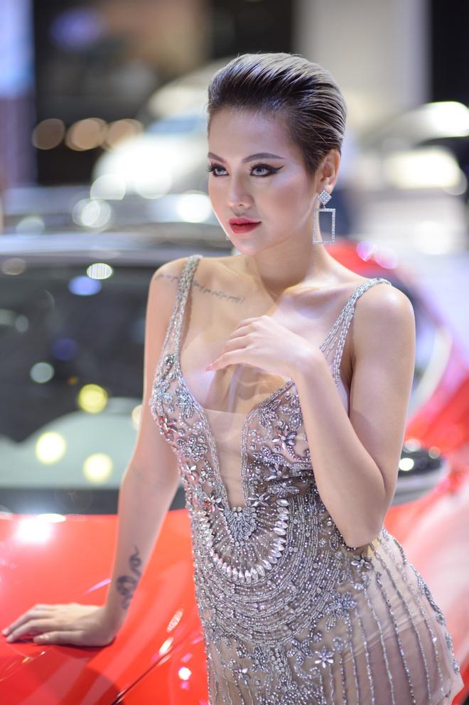 Dan nguoi mau thu hut o Vietnam Motor Show 2018 hinh anh 2