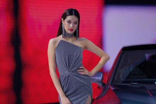 Dan nguoi mau thu hut o Vietnam Motor Show 2018 hinh anh 4