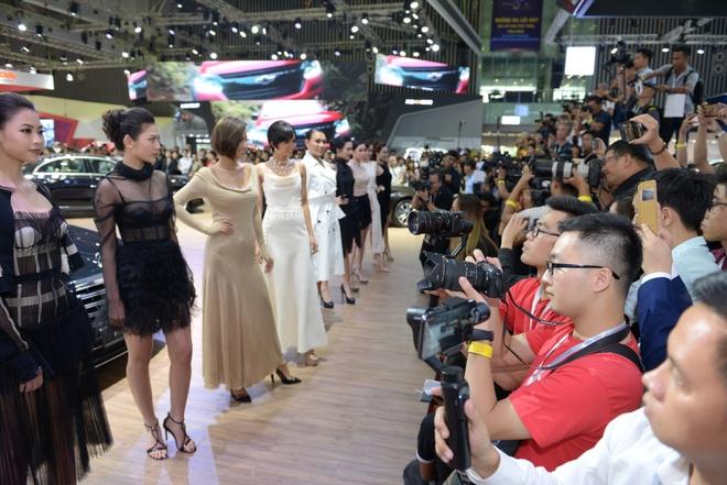 Dan nguoi mau thu hut o Vietnam Motor Show 2018 hinh anh 1