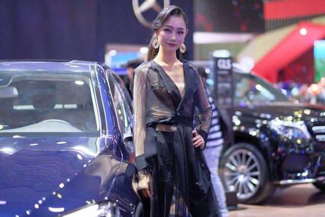 Dan nguoi mau thu hut o Vietnam Motor Show 2018 hinh anh 3