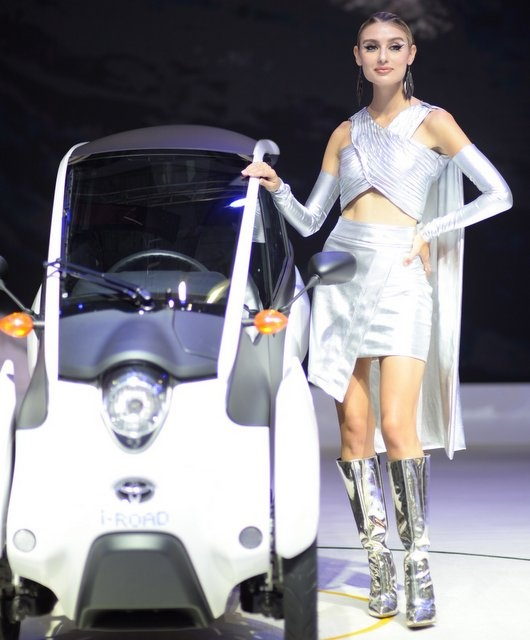 Dan nguoi mau thu hut o Vietnam Motor Show 2018 hinh anh 8