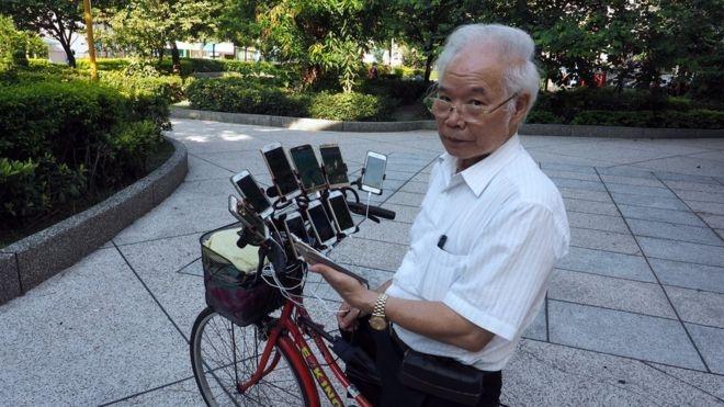 """""""Lão game thủ"""" Đài Loan bên 11 chiếc smarthone của mình. Ảnh:Nintendo Enthusiast."""