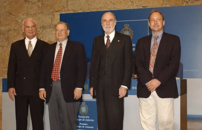 Larry Roberts (ngoài cùng, bên trái) cùng với những người đã đi tiên phong để tạo nên Internet, từ trái qua gồm Robert Kahn, Vinton Cerf và Tim Berners-Lee. Hình ảnh được chụp khi các ông dự hội nghị tại Tây Ban Nha năm 2002. Ảnh: Getty Images.