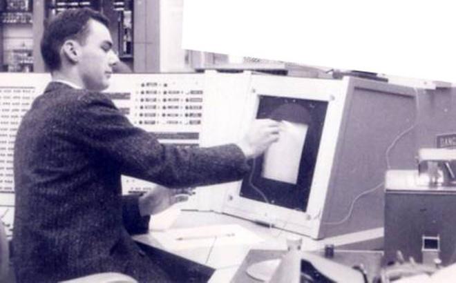 Roberts làm việc bên một máy tính hồi thập niên 1960. Ảnh: History Computer.