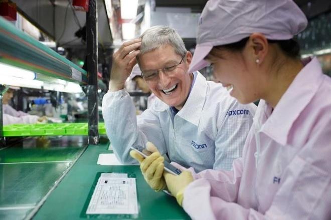 CEO Apple Tim Cook bên cạnh một công nhân lắp ráp iPhone tại nhà máy của Foxconn. Ảnh: CultofMac.