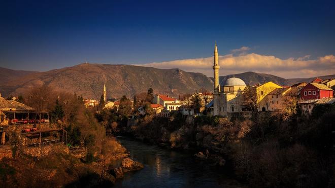 Canh sac nhu tranh ve o Bosnia va Herzegovina hinh anh 8 Mặt nước phẳng lặng, trong xanh, soi bóng núi.