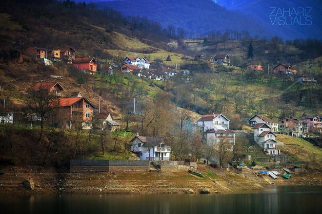 Canh sac nhu tranh ve o Bosnia va Herzegovina hinh anh 2  T hị trấn nhỏ nằm e lệ bên sườn núi.