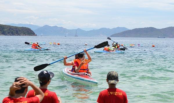 Chèo thuyền Kayak là môn thể thao thử thách lòng can đảm, sự bình tĩnh, tính kiên trì và khả năng xử lý tình huống. Giá thuê thuyền dao động trong khoảng 200.000 – 300.000 đồng/ giờ. Ảnh: Dulichkinhdo.