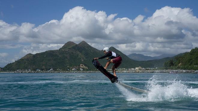 Cảm giác cưỡi lên những con sóng cao hay bị chúng đuổi từ phía sau lưng trong môn thể thao lướt ván rất khó diễn tả bằng lời. Môn thể thao này đòi hỏi khá cao về thời gian tập luyện, tuy nhiên, bạn có thể thử nếu muốn. Chi phí cho trò chơi này khoảng 200.000 đồng/ giờ (thuê ván lướt). Ảnh: Hoverboard Vietnam .