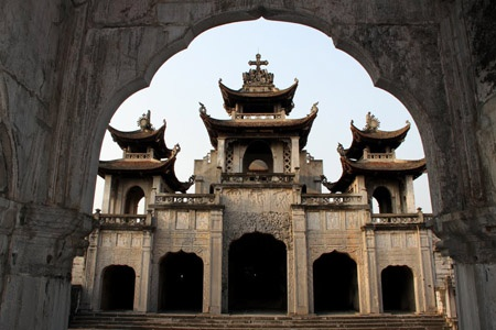 Nhung nha tho co thiet ke an tuong nhat Viet Nam hinh anh 3 Nhà thờ Phát Diệm thuộc thị trấn Phát Diệm, tỉnh Ninh Bình là một quần thể nhà thờ được xây dựng bằng đá và gỗ trong hơn 30 năm. Nét độc đáo của quần thể nhà thờ này là nhà thờ Thiên Chúa giáo nhưng được mô phỏng kiến trúc đình chùa Việt. Ảnh: Báo Đại Đoàn Kết.