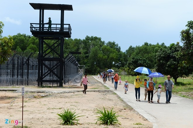 Du khách thăm nhà tù Phú Quốc. Ảnh: Hoàng Hà.