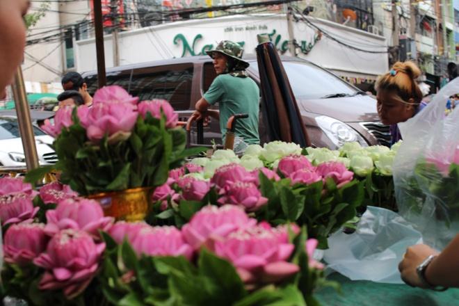 Mua hoa can o cho hoa lon nhat Bangkok hinh anh