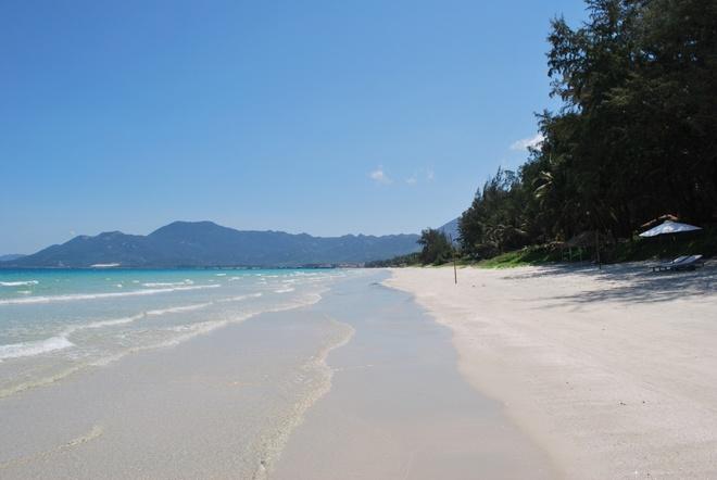 Nhung vinh, dao dep nhat Nha Trang hinh anh 3  Bãi biển Dốc Lết nằm ở xã Ninh Hải, huyện Ninh Hoà. Đây là một bãi biển tuyệt đẹp với cát trắng mịn và nước biển xanh. Điểm trừ duy nhất là du khách phải di chuyển trên cát khá xa. mrandmrslemon.com