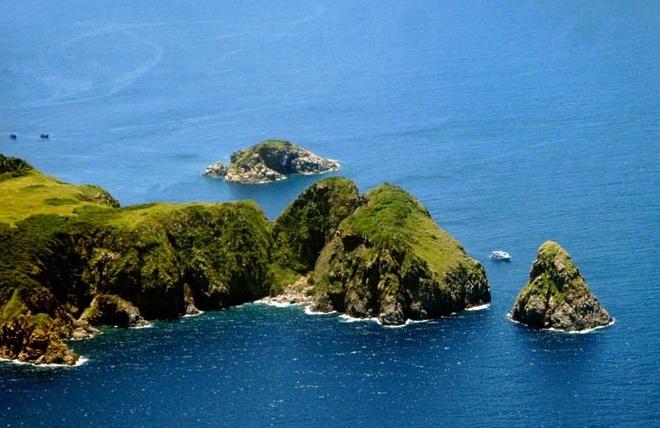 Nhung vinh, dao dep nhat Nha Trang hinh anh 6  Hòn Mun cách bờ khoảng 12 km, đi tàu mất 50 phút, diện tích chừng 1,2 km2. Đây là khu bảo tồn biển đầu tiên của cả nước. Hòn Mun là nơi tập trung và phát triển của nhiều loại san hô và các loài cá cảnh. Đặc biệt, Hòn Mun có sự pha trộn của hai dòng nước nóng và lạnh. vietnamdiscoveries