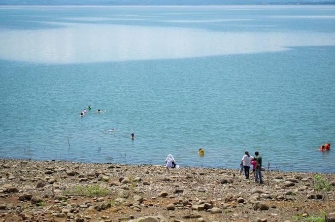 Kham pha dao Chim O voi 200.000 dong hinh anh 2 Du khách vui chơi trong làn nước xanh mát ven Đảo Chim Ó - Ảnh: Jangnhut.