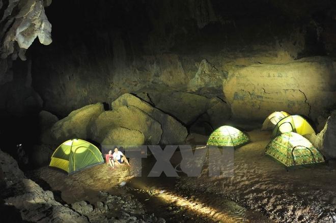Cửa sau của hang Tối (còn được gọi là hang Thủy Cung) khi màn đêm xuống. (Ảnh: Minh Đức/TTXVN)