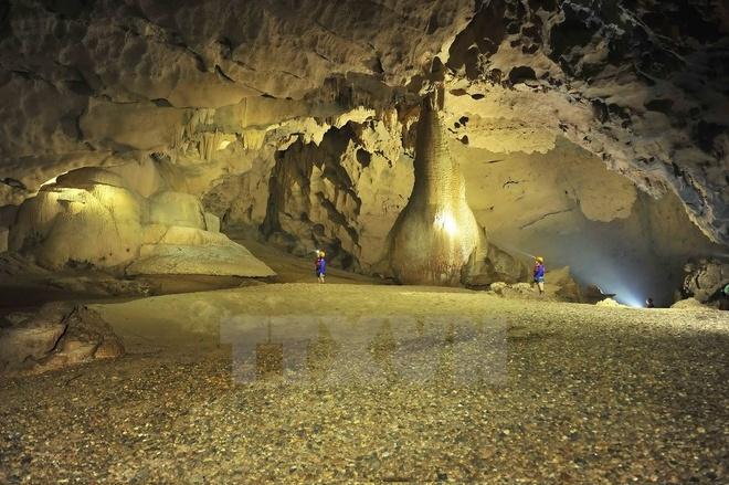 Vào sâu trong lòng hang, người ta bắt gặp một bãi cát trải dài, vàng rực khi được chiếu đèn, với những nhũ đá được hình thành nhiều năm do sự xói mòn của cát, của nước thành những hình thù kỳ dị, độc đáo và đẹp đến ngỡ ngàng. (Ảnh: Minh Đức/TTXVN)