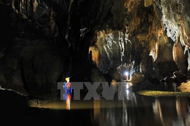 Hang Tối được đánh giá là tuyệt mỹ và độc đáo nhờ hệ thống thạch nhũ đẹp với hành trình và độ khó tăng dần, bao gồm băng rừng, trèo đèo, lội suối. (Ảnh: Minh Đức/TTXVN)