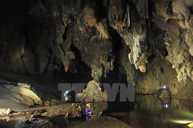 Từ góc nhìn này, không gian bên trong hang như một tòa cung điện lộng lẫy. (Ảnh: Minh Đức/TTXVN)