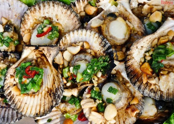 5 mon ngon tu so diep hinh anh 1 Sò điệp nướng mỡ hành có cách chế biến khá đơn gải, song lại là món ăn yêu thích của hầu hết tín đồ ốc. Ngoài vị tươi ngon của hải sản, vị béo mềm của mỡ hành, thơm thơm của đậu phộng, chua mặn của nước chấm thì giá thành và màu sắc của món ăn cũng là hai điểm cộng không thể bỏ qua. Ảnh: Hanyu.