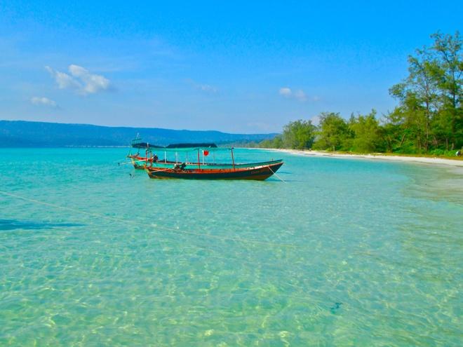 Nhung hon dao dep hut hon cua Campuchia hinh anh 6 Koh Rong là hòn đảo lớn thứ 2 của Campuchia. Biển ở đảo tuyệt đẹp với cát trắng, nước biển ấm và trong vắt. Hiện nay, Koh Rong đang được chính phủ Campuchia quy hoạch để phát triển du lịch. Ảnh: sosinasia.