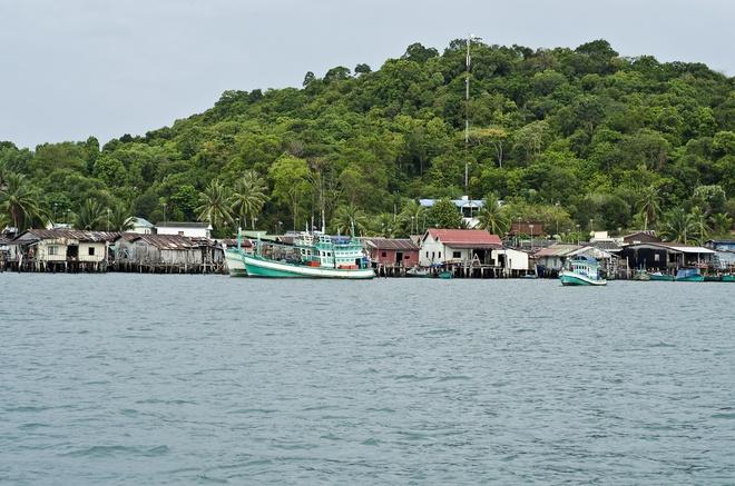 Nhung hon dao dep hut hon cua Campuchia hinh anh 1 Đảo Koh Sdach nằm giữa Koh Kong và Sihanouk. Đây là điểm dừng chân của rất nhiều tàu thuyền. Đến đây, ngoài tắm biển, bạn còn có dịp tìm hiểu về văn hóa, cuộc sống của ngư dân. Ảnh: PawelBienkowski.