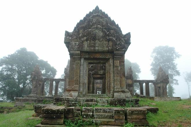 6. Preah Vihear là một đền thờ Khmer nằm trên vách núi cao 525 m trên dãy Dangrek nằm giữa biên giới Campuchia và Thái Lan. Đây là một trong những công trình kiến trúc Khmer thế kỷ 11, 12 đẹp nhất còn sót lại đến ngày nay.