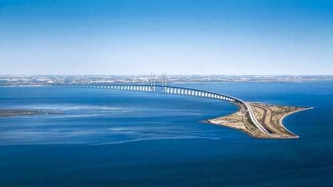 Dang 'bay' tren cau, bat ngo bien mat duoi bien hinh anh 11 Cầu Oresund, tâm điểm chính của con đường, có chiều dài 8km.