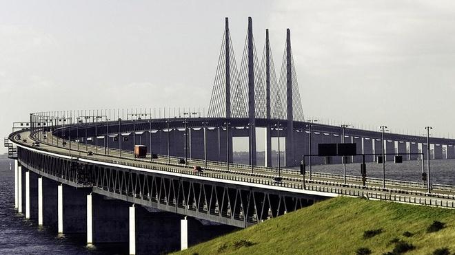 Dang 'bay' tren cau, bat ngo bien mat duoi bien hinh anh 3 Cầu Oresund được khánh thành vào ngày 1/7/2000.