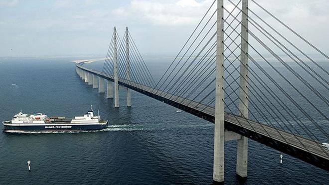 Dang 'bay' tren cau, bat ngo bien mat duoi bien hinh anh 6 Công trình này băng qua eo biển Oresund nằm giữa Thụy Điển và Đan Mạch.