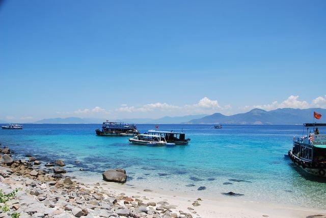 10 thien duong bien dao o Khanh Hoa hinh anh 5 5. Hòn Mun là khu bảo tồn biển đầu tiên và duy nhất của Việt Nam. Nơi này hấp dẫn du khách với cát trắng, biển xanh, những tổ yến cheo leo trên vách đá, những rặng san hô tuyệt đẹp, hệ thống sinh vật biển phong phú. vietnamdiscoveries