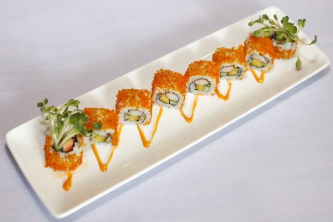 Cuoi tuan an choi voi sushi cali roll hinh anh