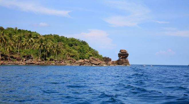 5. Hòn Thơm là cụm đảo nằm ở khu vực phía bắc Phú Quốc. Các trải nghiệm thú vị tại đây gồm lặn ngắm san hô, tham quan các khu nuôi trồng thủy sản, khu nuôi ngọc trai… hay lên tàu đi thêm 10 phút để tới làng câu mực nổi tiếng của đảo. Từ bến tàu Phú Quốc, mất 30 phút di chuyển để ra đảo Hòn Thơm.