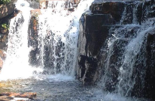 8. Suối Đá Ngọn hùng vĩ và bí ẩn với 7 ngọn thác tuyệt đẹp. Suối đẹp quanh năm, nhưng thời điểm lý tưởng nhất để tham quan là  từ tháng 11 đến tháng 4. Vị trí: Nằm ở Đông Bắc đảo Phú Quốc.