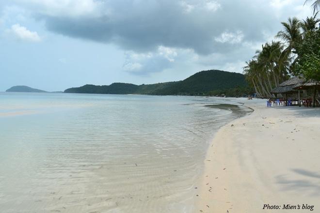 12. Bãi Sao dài 7 km sở hữu bờ cát trắng mịn, dáng cong thoai thoải. Đây là bãi biển đông du khách viếng thăm nhất của Phú Quốc. Bãi Sao cách thị trấn Dương Đông khoảng 30 km.