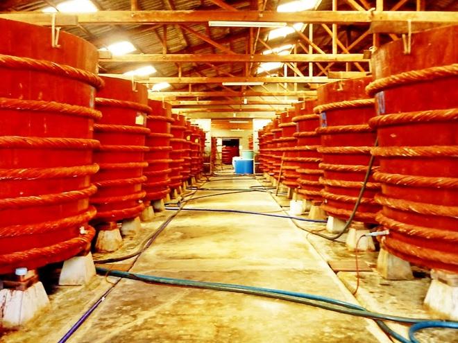 15. Nhà thùng sản xuất nước mắm là nơi cho ra những giọt nước mắm cá cơm đậm đà của đảo ngọc. Hiện Phú Quốc có khoảng 100 nhà thùng để du khách tham quan, tìm hiểu và mua sắm.