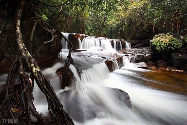 6. Suối Tranh được tạo nên từ nhiều dòng suối nhỏ. Phong cảnh tại đây tuyệt đẹp với hoa cỏ, núi rừng, suối... nên là địa điểm cắm trại tuyệt vời cho du khách và người dân. Từ thị trấn Dương Đông, theo tuyến đường Dương Đông – Hàm Ninh khoảng 10 km là đến được Suối Tranh.