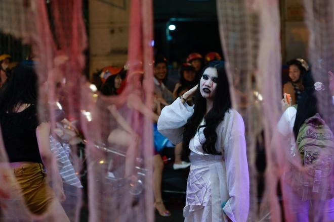 Nhan vien nha hang gia ma trong dip Halloween hinh anh