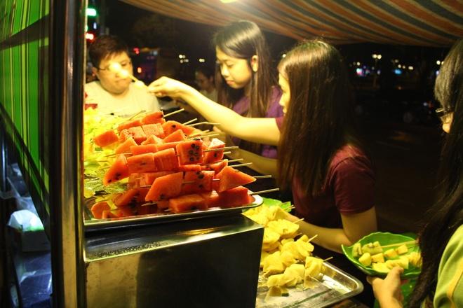 Trai cay dong gia 5.000 dong hut khach toi hinh anh 4  Thực khách chọn loại trái cây mình thích.