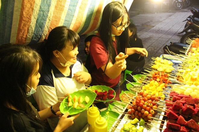 Trai cay dong gia 5.000 dong hut khach toi hinh anh 5  Nếu đi nhóm bạn khoảng 3 người, mỗi người lấy 5 xiên là bạn có thể thưởng thức hết thực đơn trái cây ở đây.