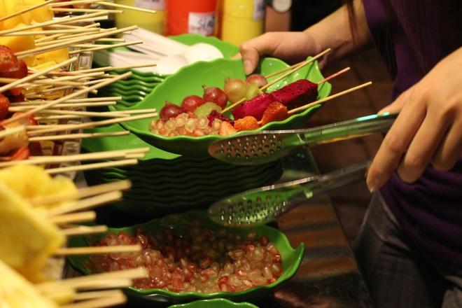 Trai cay dong gia 5.000 dong hut khach toi hinh anh 6  Hiện có 3 loại topping là thạch, nhãn và hạt lựu. Bạn có thể chọn một hay cả ba.