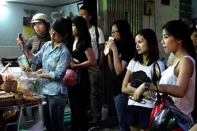 9 diem an vat phai tim moi thay cua Sai Gon hinh anh 4 Bánh tráng trộn chú Viên (Nguyễn Thượng Hiền, quận 3): Việc được nhiều bạn trẻ khen tặng xe bánh tráng trộn ngon nhất nhì Sài Thành khiến chú Viên phải phát số để phục vụ khách tốt nhất.