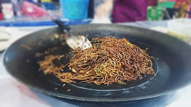 Bee Hoon được làm từ bún ăn kèm với nước sốt đen. Một phần bên hoon có giá 1,5 RM.